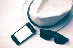 Kapeluszowi okulary przeciwsłoneczni i mądrze telefonu rocznika styl Obraz Stock