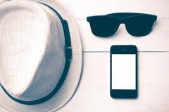 Kapeluszowi okulary przeciwsłoneczni i mądrze telefonu rocznika styl Obraz Royalty Free