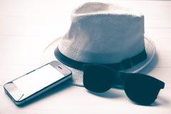 Kapeluszowi okulary przeciwsłoneczni i mądrze telefonu rocznika styl Obrazy Royalty Free