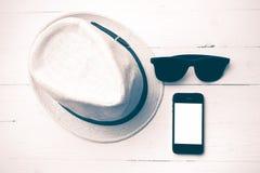 Kapeluszowi okulary przeciwsłoneczni i mądrze telefonu rocznika styl Zdjęcia Stock