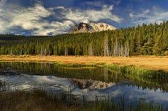 Kapeluszowy jeziora i Lassen szczyt, Lassen Powulkaniczny park narodowy Obrazy Royalty Free