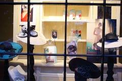 Kapeluszowy sklepu okno pokaz Fotografia Stock