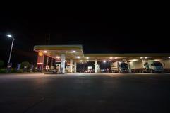 Kapeluszowy Yai, 02 2014 Lipiec: Łuska benzynową stację przy nocą w Kapeluszowym Yai, brzęczenia Obraz Royalty Free
