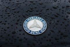 Kapembleem van Mercedes-Benz in regendruppels op de donkere achtergrond Stock Fotografie