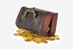 Kapern Sie Kasten mit zerstreuten goldenen Münzen auf einem weißen Hintergrundisolat Lizenzfreies Stockfoto