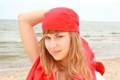 Kapern Sie Mädchen beim Schwarzen Meer am bewölkten Tag Stockfoto