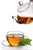 kapiąca filiżanki herbata