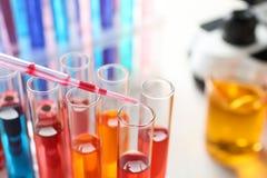 Kapiący odczynnik w próbną tubkę z próbką w chemii laboratorium Przestrze? dla teksta zdjęcia royalty free