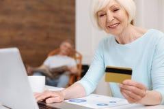 Kapieren Sie die recht ältere Frau, die Online-Zahlung leistet Lizenzfreie Stockfotografie