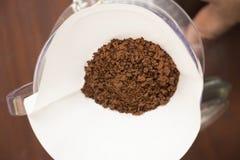 Kapinos kawa z papieru filtra narzędziem na drewnianym tle obraz stock