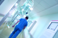 Kapinos przeciw zamazanemu szpitalnemu korytarzowi fotografia stock