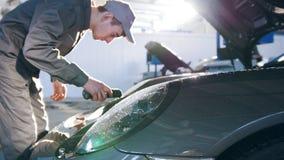 Kapiszon dla luksusowego sportowego samochodu - mechanik w samochodu garażu zdjęcie wideo