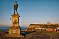 Kapitän Cook, das über Whitby Hafen schaut Lizenzfreies Stockfoto