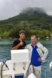 Kapitän des Katamarans mit einem Assistenten gesegelt von der Insel von Papeete lizenzfreie stockfotos