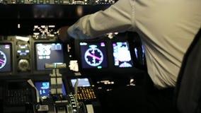 Kapitän ist Kontrollen das Flugzeug, hintere Ansicht stock video footage