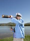 Kapitän schaut durch ein Teleskop lizenzfreies stockbild