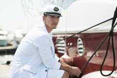 Kapitänholdingseil der Yacht Lizenzfreies Stockbild