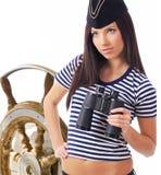 Kapitänmädchen, das auf der Yacht steht lizenzfreie stockbilder