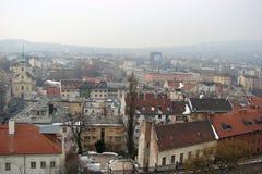 Kapitał Węgry Budapest panorama miasto i swój rzeźbeni składy na mglistym zima dniu fotografia stock