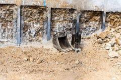 Kapitaalinvestering, die de bodem voor de stichtingen van het huis graven stock foto