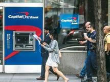 Kapital eins ATM und Fußgänger Stockbild