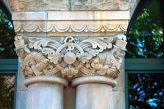 Kapitalen van kolommen en pilasters van gebouwen van eclectische architectuur royalty-vrije stock afbeelding