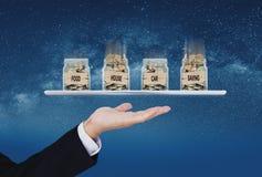 Kapitalien für Leben, Lebenshaltungskosten und Einsparung für das Zahlen von Schuld Geschäftsmann, der Gläser voll von den Münzen stockbild