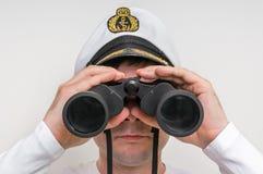 Kapitanów spojrzenia przez lornetki Obraz Stock