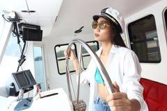 Kapitan dama w bikini i kapeluszu kontrola statku Steruje w funkci Ro Fotografia Stock