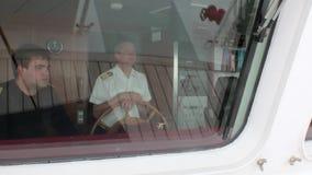 Kapitan i asystent przy sterem badawcza wyprawa wysyłamy naczynie w oceanie zbiory wideo