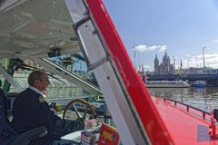 Kapitan zwiedzająca łódź, Amsterdam, Holandia obraz royalty free