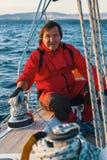 Kapitein bij de roercontroles van een varend jacht Sport royalty-vrije stock foto