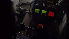 Kapitein bij het roer bij nacht stock footage