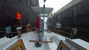 Kapitein die aan sloependek werken, die orden geven aan bemanning, zeilen stock videobeelden