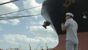 Kapitein die door de verrekijkers kijken stock video
