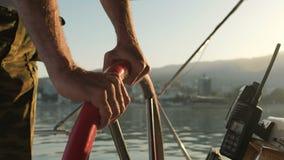 Kapitein die zijn boot drijven Ñ ‹Ð ³ Ñ 'Ñ ‹ÑƒÐµ stock videobeelden