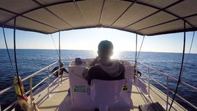 Kapitein Driving Yacht, Sri Lanka - 10 Februari 2017 stock footage