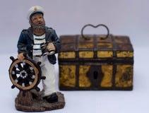 Kapitein in GLB bij het roer stock foto