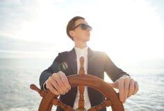 kapitein Handen op schipleidraad stock foto's