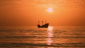 Kapitein Memos Pirate Cruise op kleurrijke zonsondergangachtergrond in de Stranden van de Golfkust stock footage