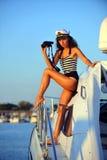 Kapitein van motorboot bij cruise Stock Foto's