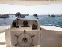 Kapiteins` s cabine op een een schip, een boot, een cruisevoering met een stuurwiel, een dashboard, een navigator, een marien kom Royalty-vrije Stock Foto's