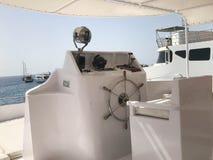 Kapiteins` s cabine op een schip, een boot, een cruisevoering met een stuurwiel en instrumenten voor controle tegen het blauwe ov Stock Fotografie