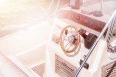 Kapiteinswiel op het luxe witte jacht royalty-vrije stock fotografie