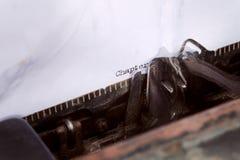kapitel ett som är skriftligt på en skrivmaskin fotografering för bildbyråer