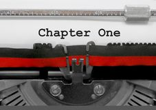 Kapitel ett vid den gamla skrivmaskinen på vitbok arkivfoto