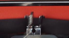 Kapitel 2 - geschrieben auf einer alten Weinleseschreibmaschine Gedruckt auf rotem Papier Das rote Papier wird in die Schreibmasc stock footage