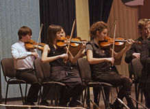 Kapitel reiht symphonisches Orchester auf Stockbild
