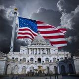 Kapitoliumbyggnad med amerikanska flaggan fotografering för bildbyråer