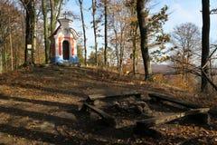 Kaple de Korycanska - pequeña capilla en las montañas de Chriby en Moravia del sur foto de archivo libre de regalías